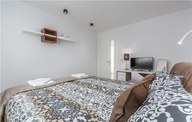 2 x 4 Bedroom Villas with Pool, Jacuzzi and Sauna in Novigrad, Sleeps 8