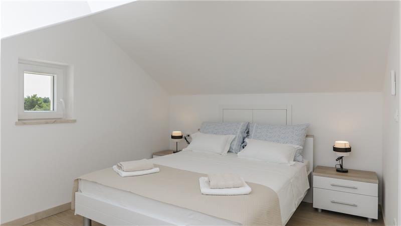 3 Bedroom Villa with Pool, Jacuzzi and Sea View on Brac Island, Sleeps 6