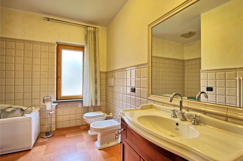 5 Bedroom Villa with Pool near Gubbio in Umbria, Sleeps 10