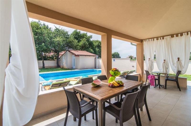 3 Bedroom Bungalow Villa with Pool near Pula, Sleeps 6