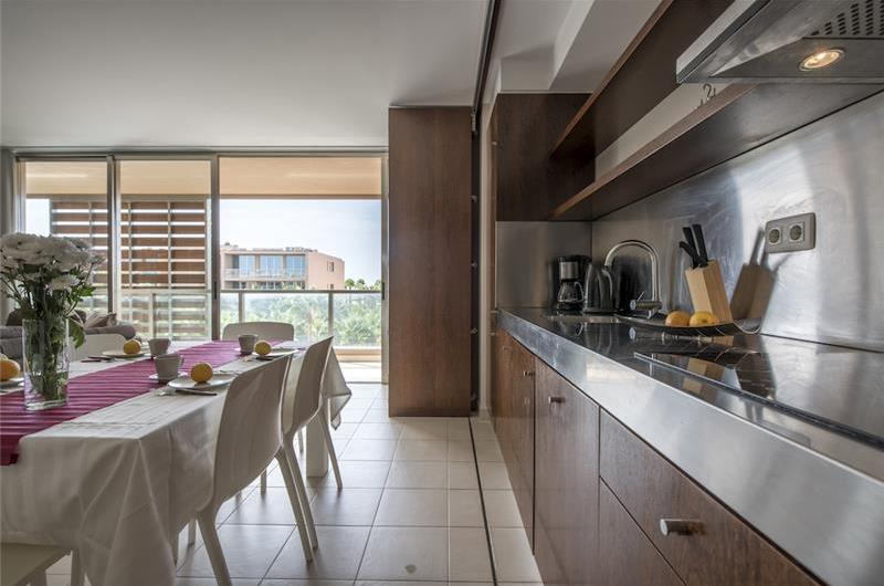 2 Bedroom Apartment with Balcony and Shared Pool near Gale, Sleep 4